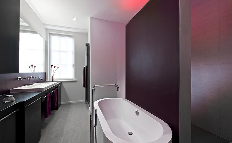 Badezimmer bordeaux Lichtspiel