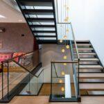 Treppe, Kissen, Lichtspiel
