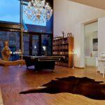Wohnzimmer Klavier Tierfell Kronleuchter